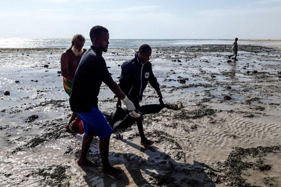 Les secouristes continuaient jeudi à chercher des corps... (Photo STRINGER, AFP)