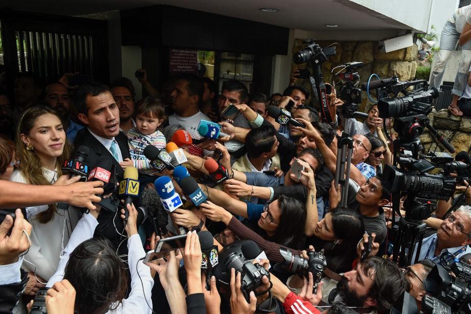Juan Guaidó (à gauche) s'est autoproclamé «président en... (Photo Federico Parra, Agence France-Presse)