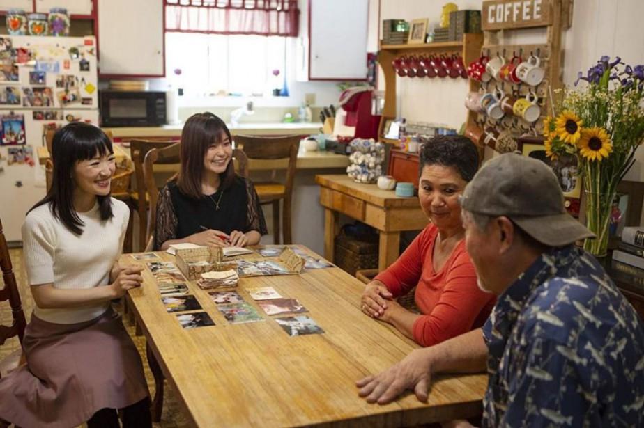 Marie Kondo (à gauche) en plein travail chez... (Photo fournie par Netflix)