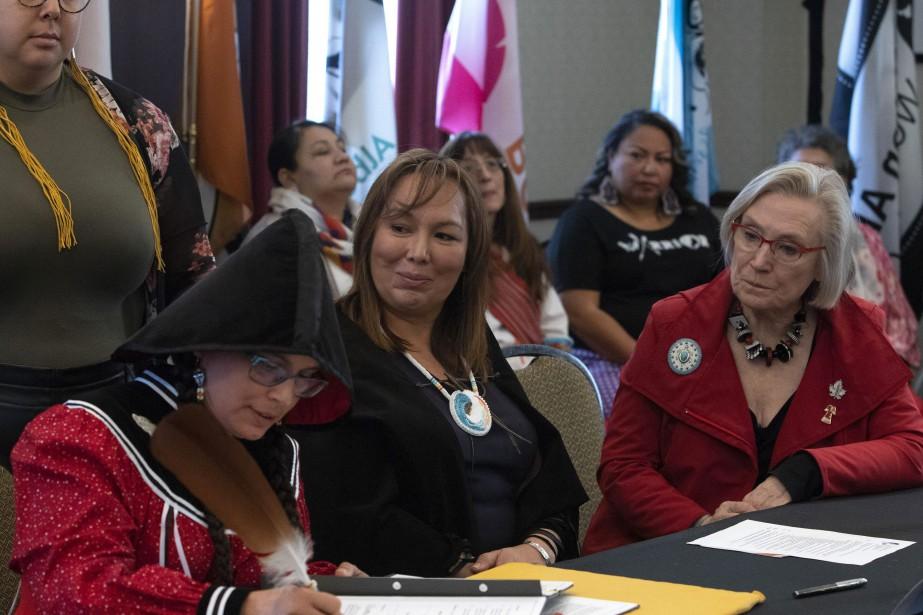 La ministre des Relations Couronne-Autochtones, Carolyn Bennett (à... (PHOTO FRED CHARTRAND, LA PRESSE CANADIENNE)