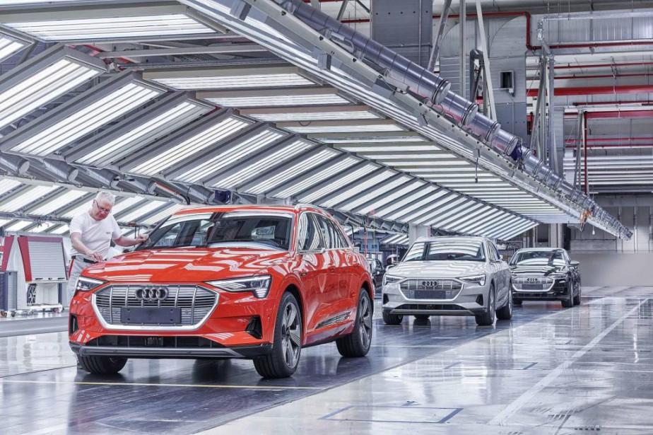 Des e-Tron en fin d'assemblage à l'usine d'Audi... (Photo Audi)