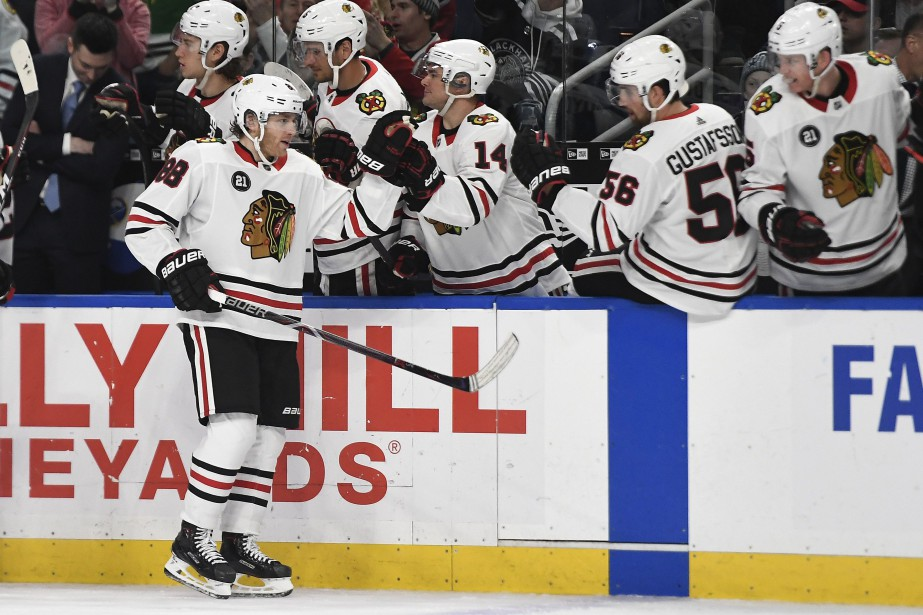 Chicago Blackhawks right wing Patrick Kane is congratulated... (Photo Adrian Kraus, AP)