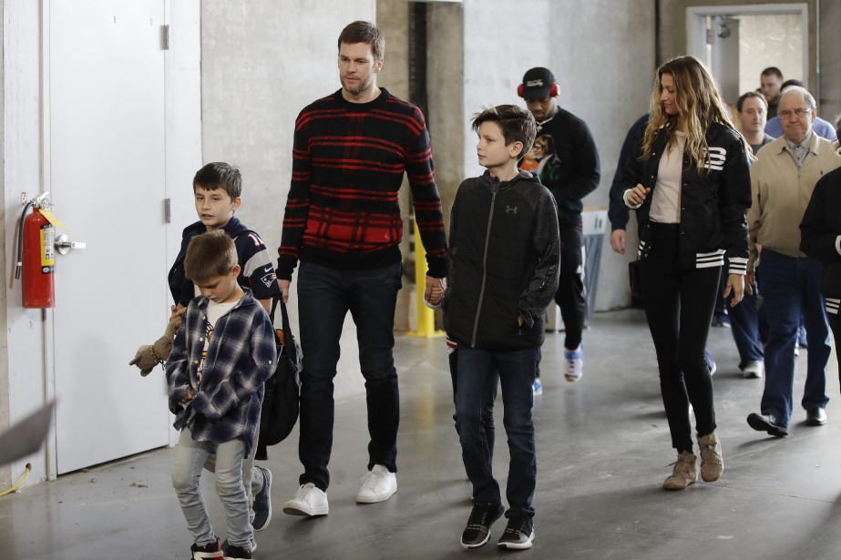 Tom Brady accompagné de ses enfants et de... (Photo Matt Rourke, Assocaited Press)