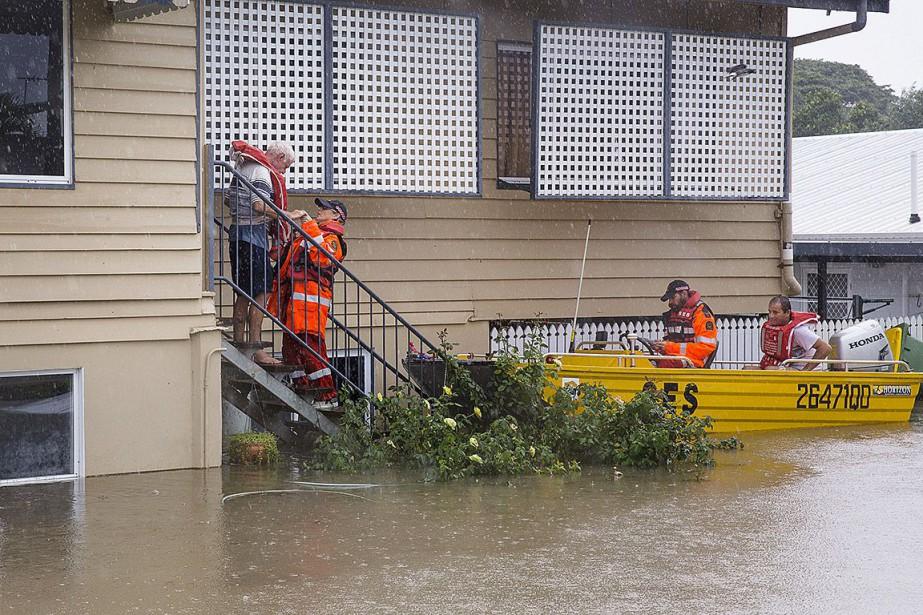 Des membres des services d'urgence aident un homme... (Photo AAP Image via REUTERS)