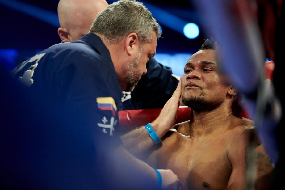 L'entraineur MarcRamsey parle à son boxeur Eleider Alvarez... (Photo Cooper Neill, AP)