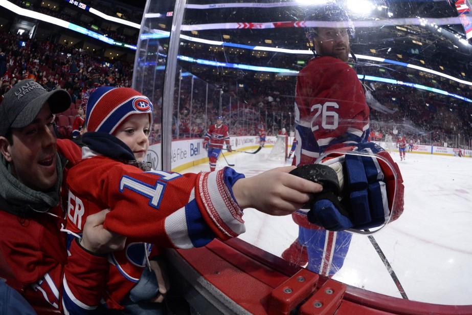 Jeff Petry donne une rondelle à un jeune... (Photo USA TODAY Sports)