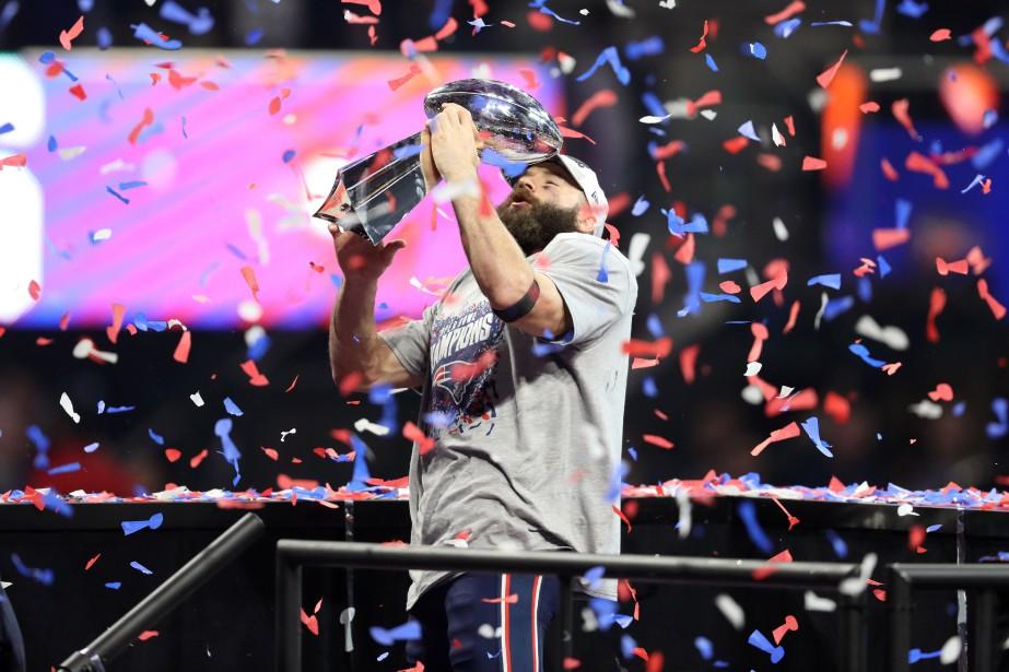 Julian Edelman brandit le trophée Vince-Lombardi.... (PHOTO REUTERS)