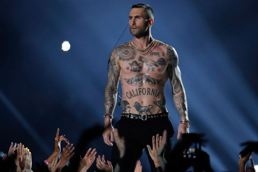 D'un manteau long et chic, Adam Levine est... (photo mike segar, reuters)
