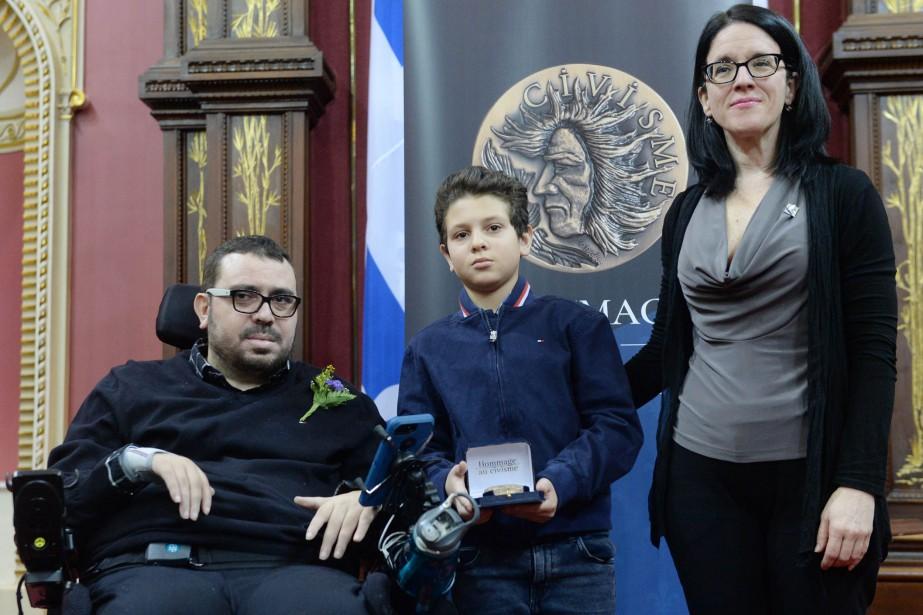 Aymen Derbali et son fils ont reçu la... (Photo Pascal Ratthe, Le Soleil)