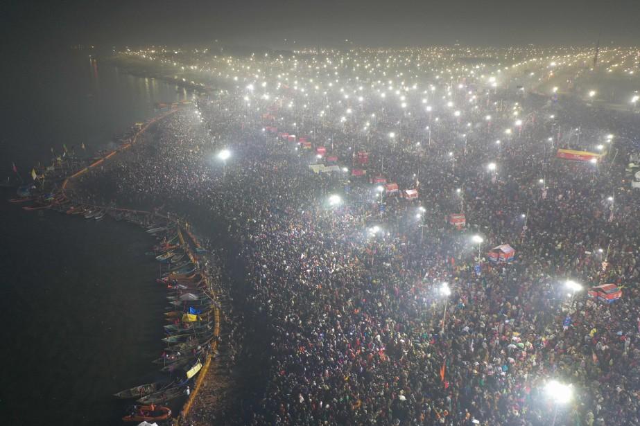 Une foule immense s'est immergée dimanche et lundi... (Photo Agence France-Presse)