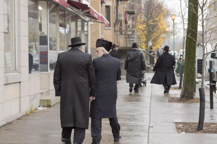 Des hommes juifs hassidiques marchent sur la rue... (PHOTO RYAN REMIORZ, ARCHIVES LA PRESSE CANADIENNE)