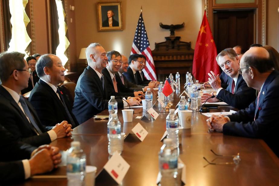 Des représentants américains en discussion avec leurs homologues... (Photo LEAH MILLIS, archives REUTERS)