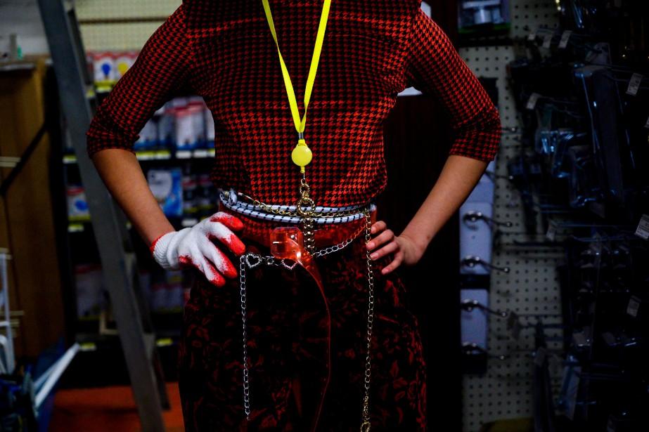Loquets, chaînes, crochets et tournevis se sont invités... (Photo JOHANNES EISELE, AFP)