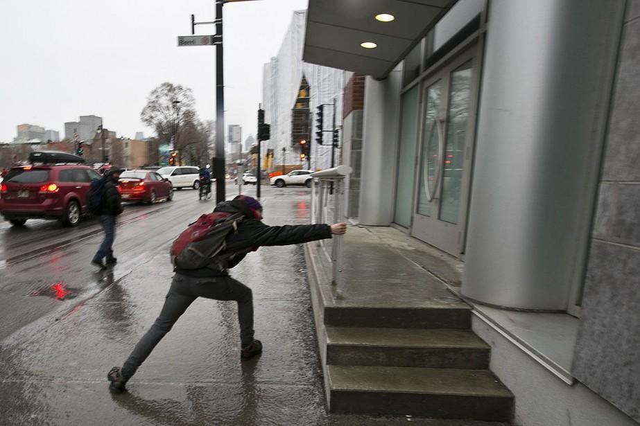 L'eau qui couvre trottoirs et... (Photo FRANCOIS ROY, archives La Presse)