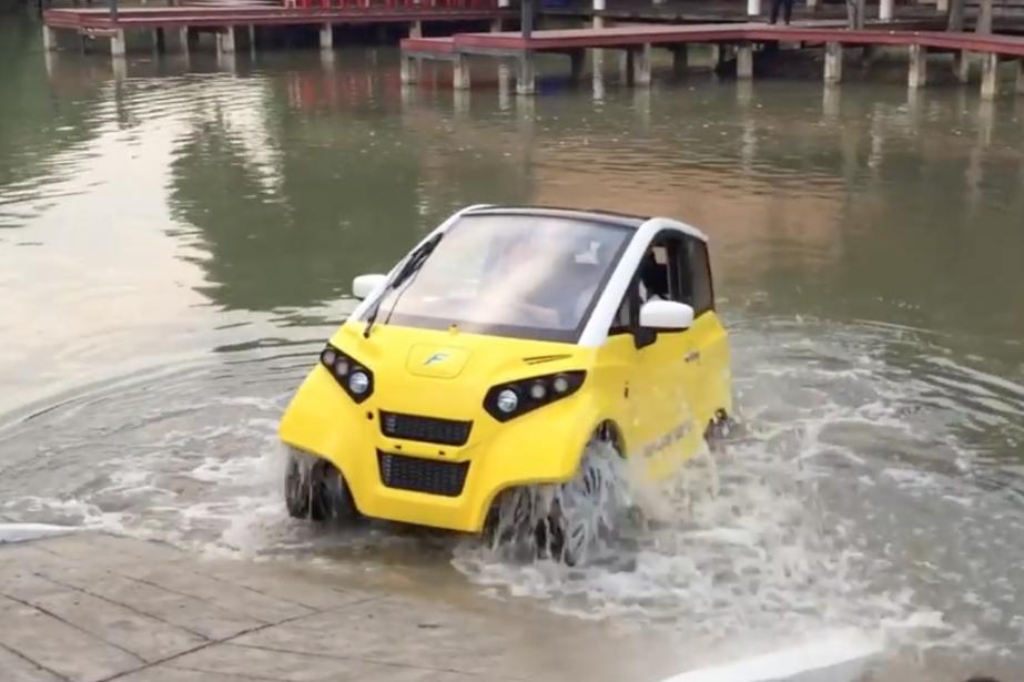 La voiture amphibie Fomm a une batterie étanche,...
