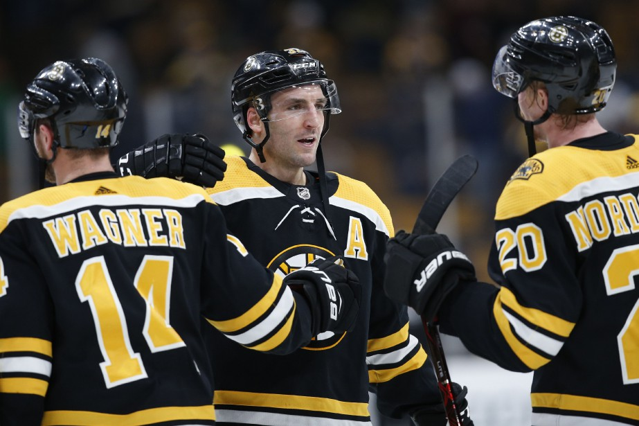 Patrice Bergeron (au centre) a célébré son 1000e match... (Photo Greg M. Cooper, USA Today Sports)