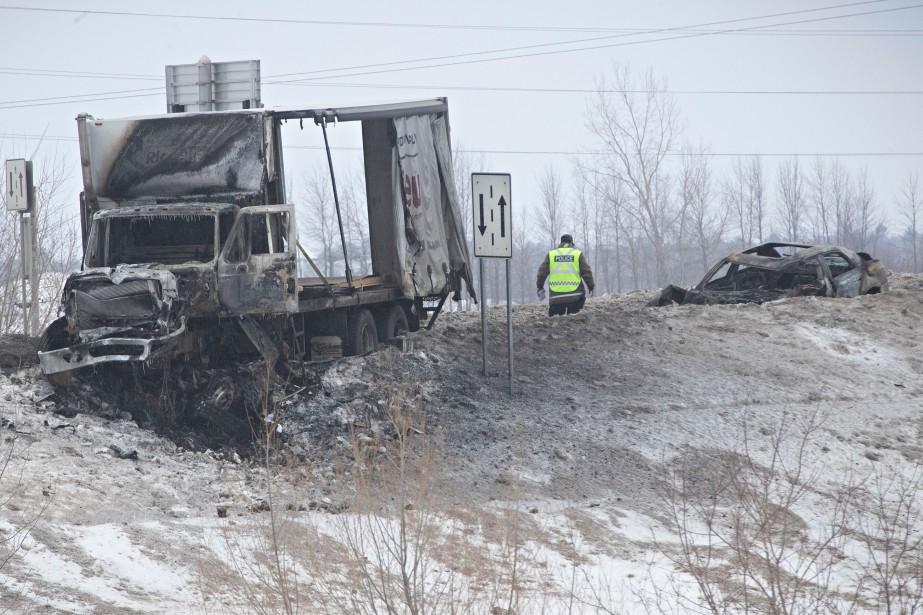 Le camion et l'automobile qui tentait le dépassement... (Photo Patrick Sanfaçon, La Presse)