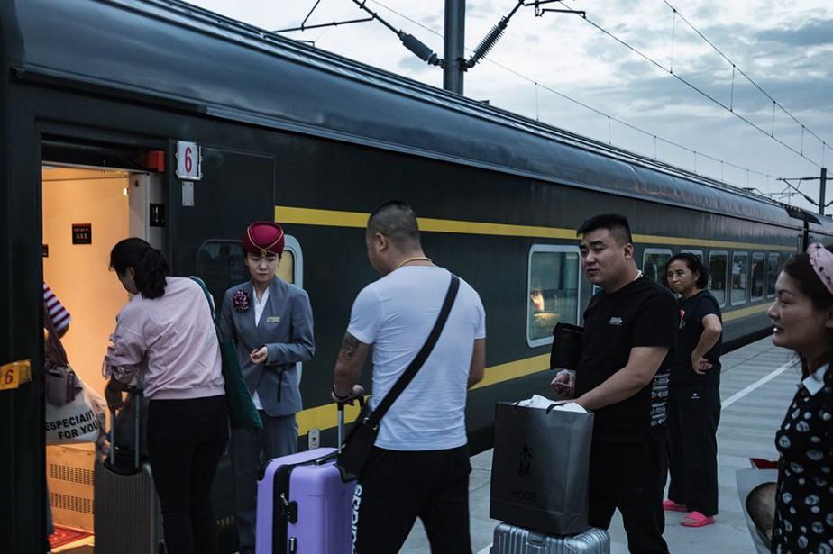 Des touristes embarquent dans le train.... (Photo FrédéricSéguin, collaboration spéciale)