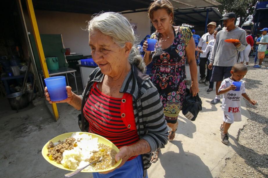 Des migrants vénézuéliens hébergés dans un refuge en... (PHOTO AFP)