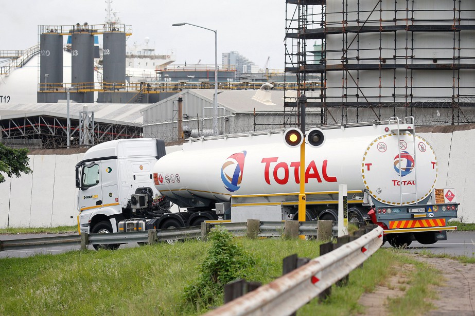 Un camion de Total transportant du pétrole à... (PHOTO REUTERS)