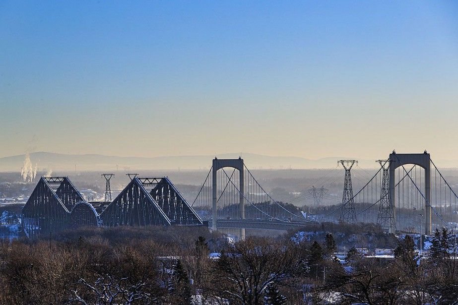 Le pont de Québec et le pont Pierre-Laporte.... (Photo EDOUARD PLANTE-FRÉCHETTE, archives La Presse)
