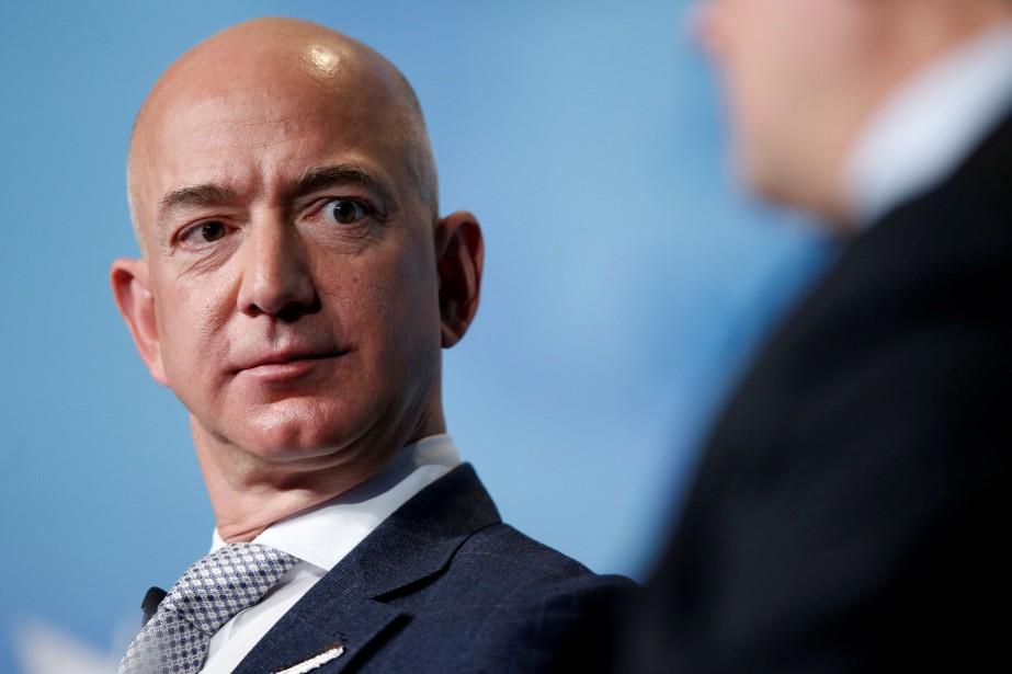 Le multimilliardaire Jeff Bezos se retrouve au coeur... (Photo Joshua Roberts, archives REUTERS)