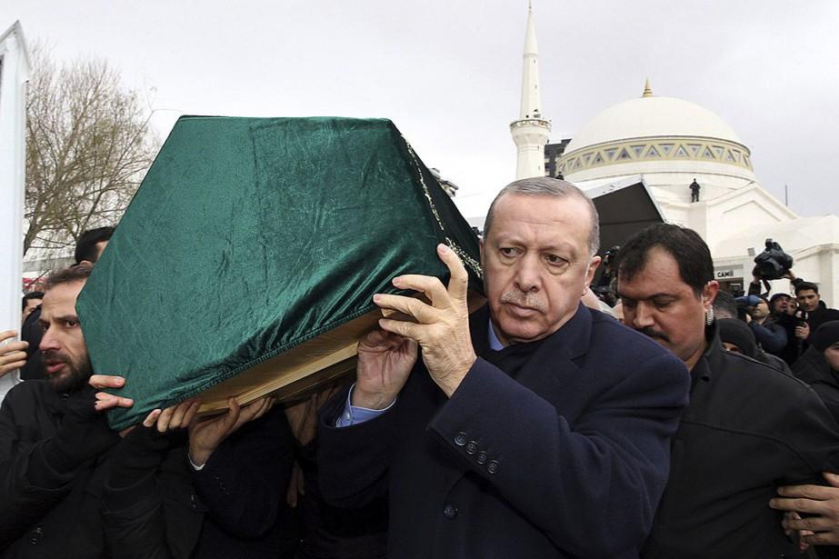 Le président turc Recep Tayyip Erdogan porte un... (Photo fournie par la présidence turque via AP)