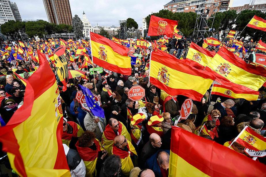 Brandissant des drapeaux espagnols et des pancartes clamant... (Photo OSCAR DEL POZO, AgecenFrance-Presse)