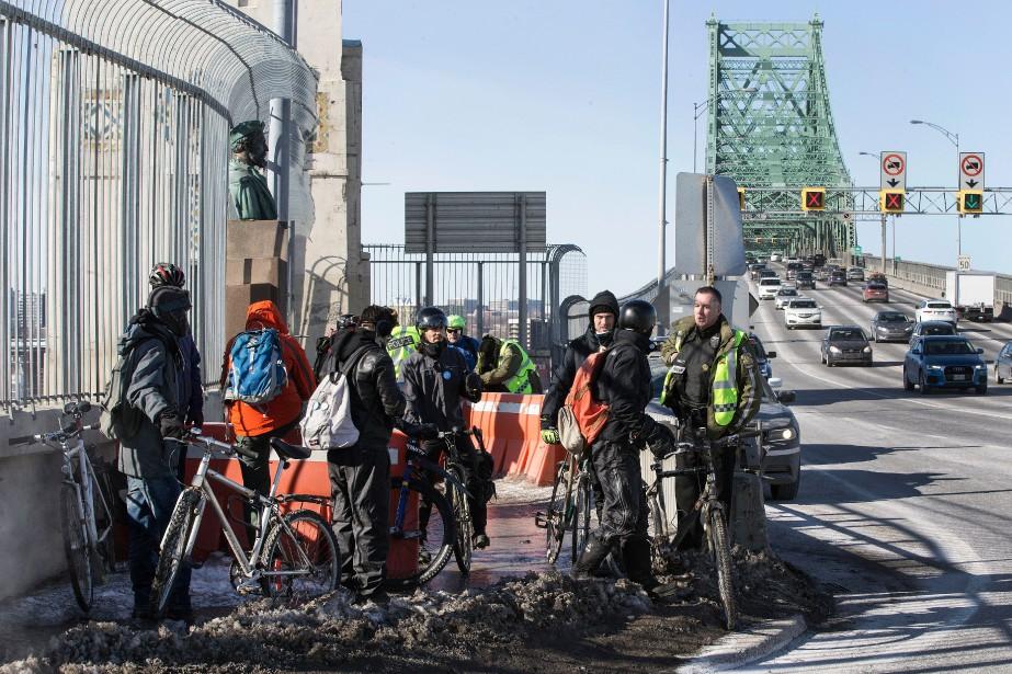 Une douzaine de cyclistes et quelques... (PHOTO ROBERT SKINNER, LA PRESSE)
