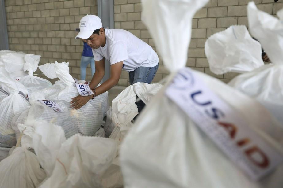 Un bénévole gère des sacs d'aliments envoyés par... (PHOTO AP)