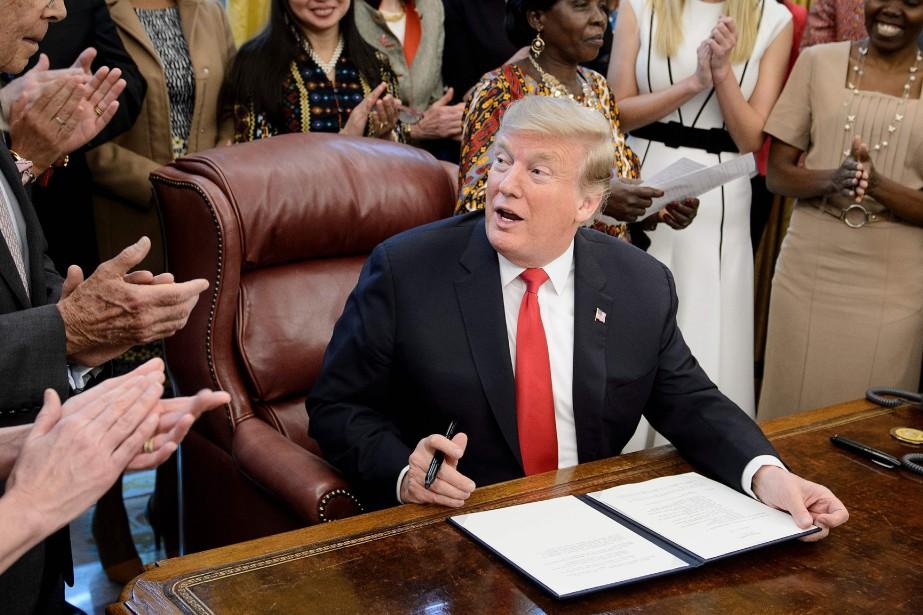 Donald Trump dans le bureau Ovale lors d'un... (PHOTO AFP)
