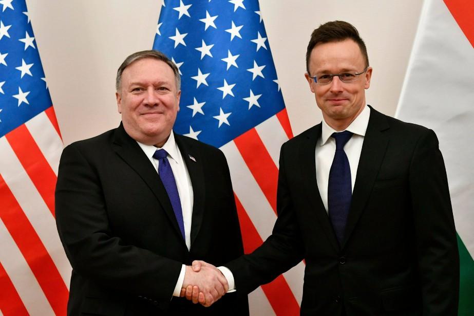 Mike Pompeo et le ministre hongrois des Affaires... (Photo Zsolt Szigetvary, Associated Press)
