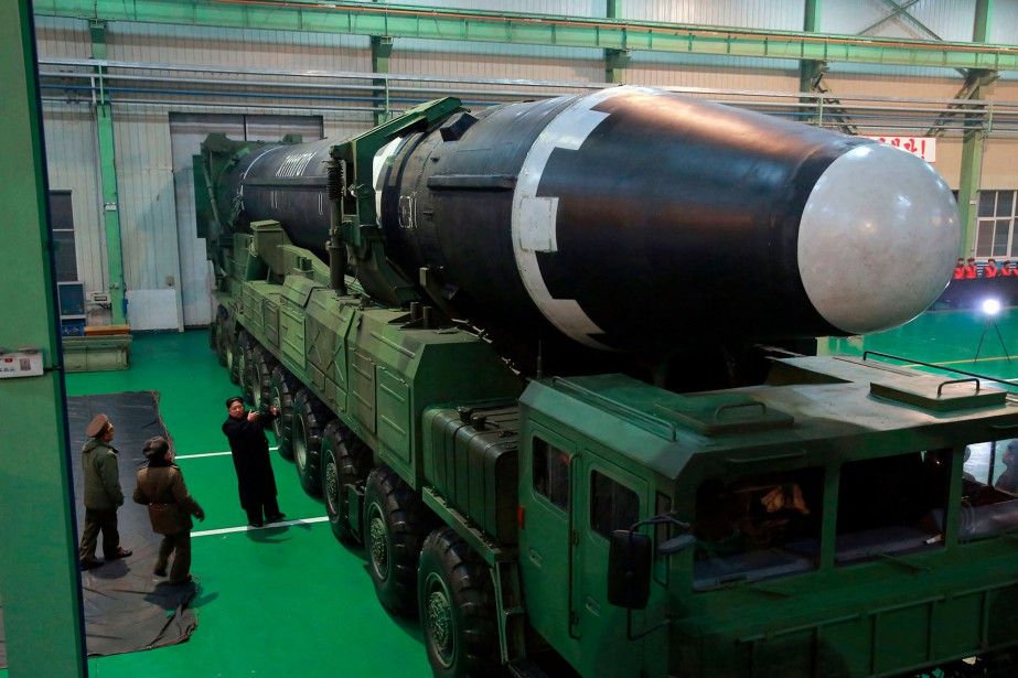 Kim Jong-un aux côtés d'un missile balistique intercontinentalHwasong-15.... (Photo archives Associated Press)