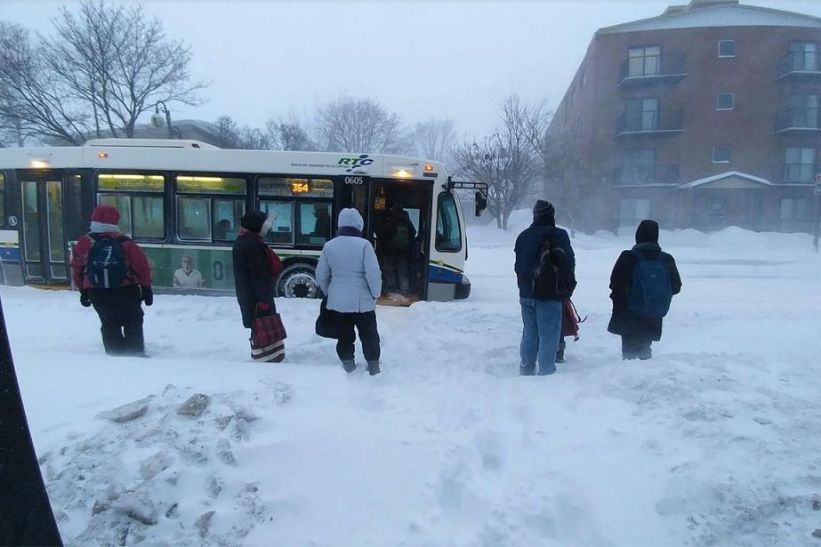 Des usagers du transport en commun attendent dans... (Photo Le Soleil)