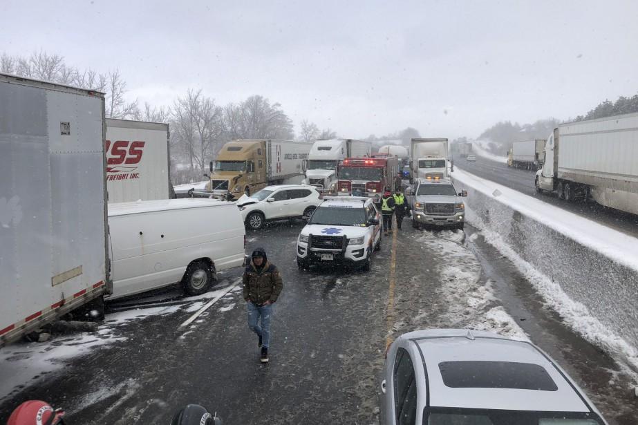 La collision entraînait des embouteillages sur plusieurs kilomètres... (Photo tirée du compte Twitter du sergent Kerry Schmidt de la Police provinciale de l'Ontario)