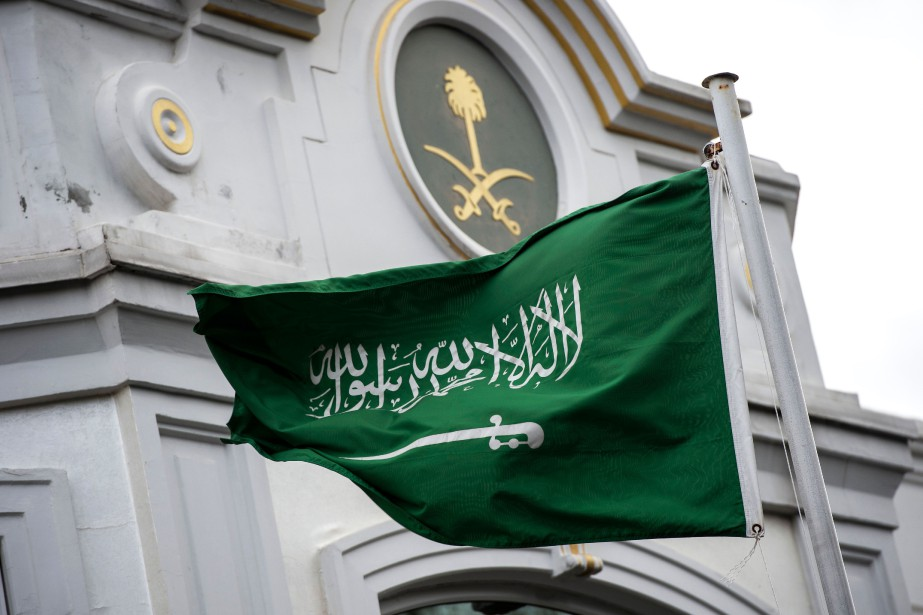 Le drapeau de l'Arabie saoudite flotte devant son... (PHOTO AFP)