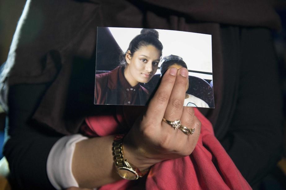 Renu, la grande soeur de Shamima Begum, tenant... (ARCHIVES AFP)