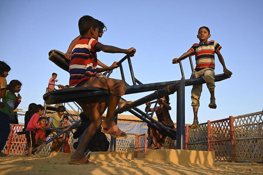 Des enfants s'amusent au camp pour réfugiés rohingya... (Photo MUNIR UZ ZAMAN, archives Agecne France-Presse)