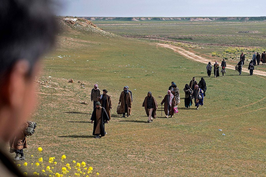 De présumés combattants de l'État islamique et leurs... (Photo FADEL SENNA, Agence France-Presse)
