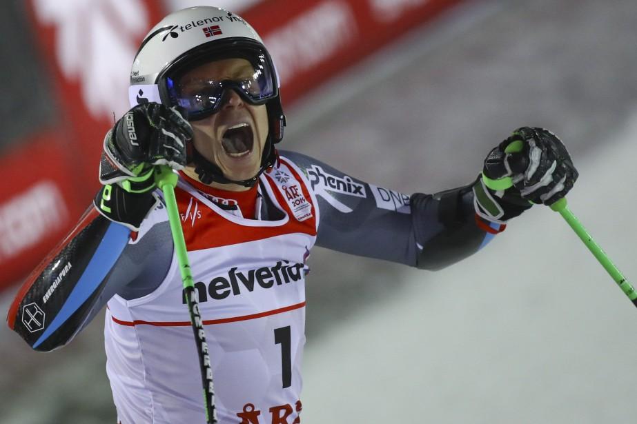 Le Norvégien Henrik Kristoffersen jubile après avoir remporté... (Photo Alessandro Trovati, Associated Press)