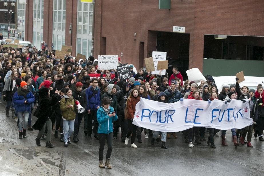 Des élèves du secondaire ont manifesté au centre-ville... (Photo François Roy, La Presse)