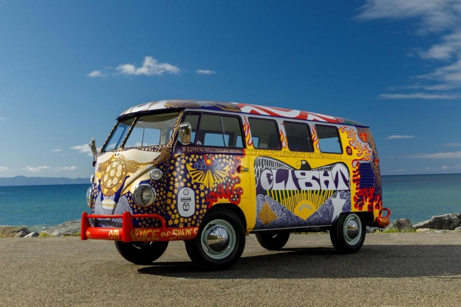 Un minibus Kombi Volkswagen rendu célèbre par le festival de Woodstock vient de...