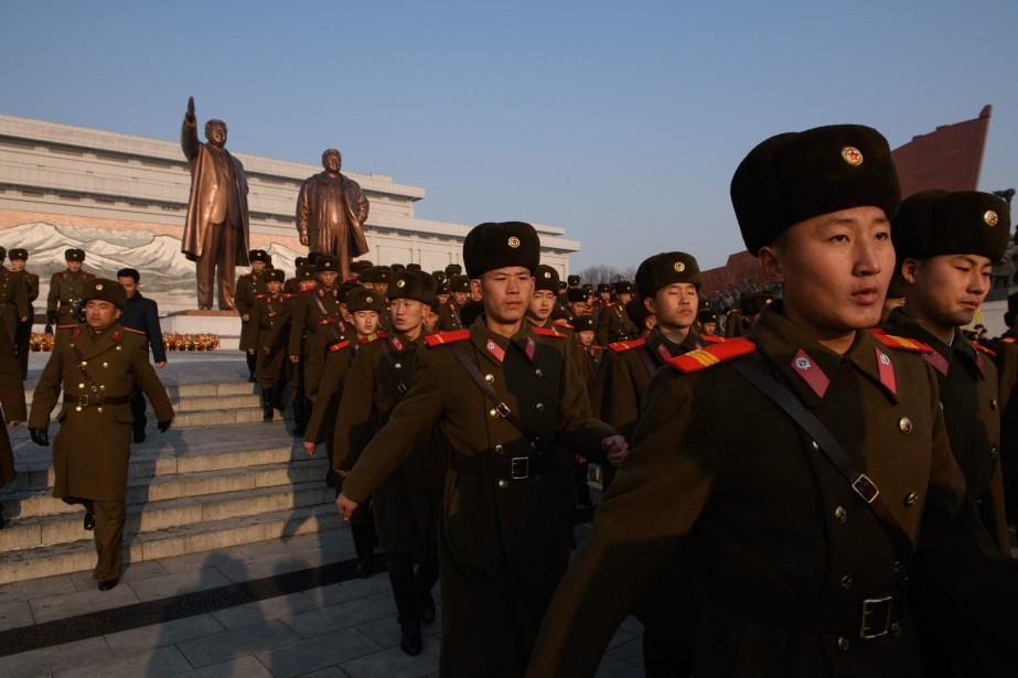 Des soldats nord-coréens sont allés se recueillir devant... (Photo ED JONES, AFP)