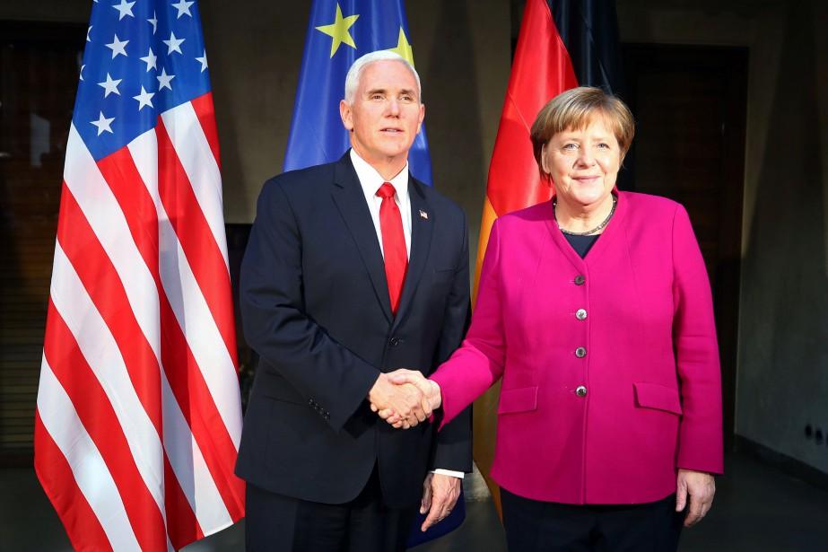 Le vice-président Mike Pence serre la main à... (Photo MICHAEL DALDER, REUTERS)