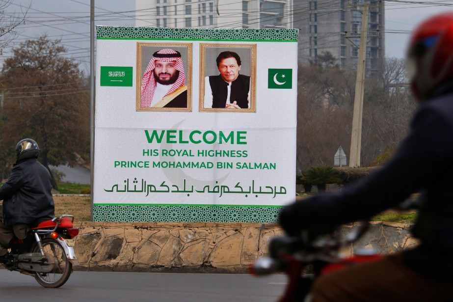 Un panneau souhaitant la bienvenue au prince héritier... (Photo Anjum Naveed, AP)