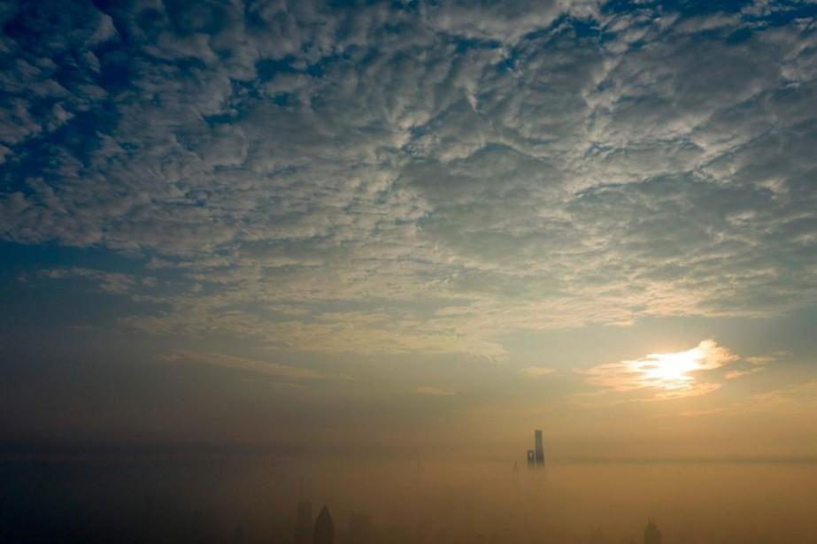 Une journée polluée à Shanghai, en Chine... (photoJohannes EISELE, archives agence france-presse)