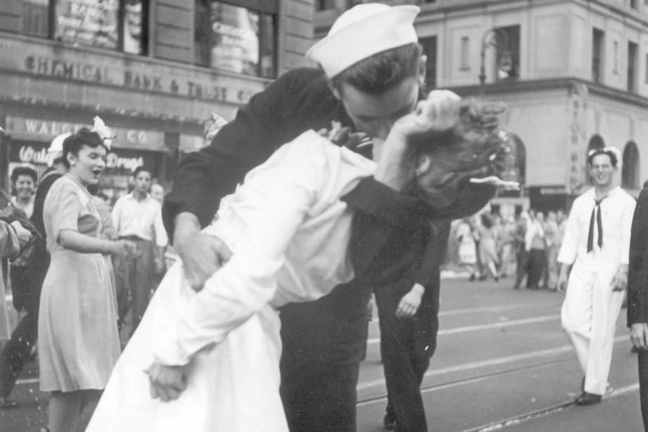 Ce baiser de Times Square, saisi par le... (ARCHIVES AP)