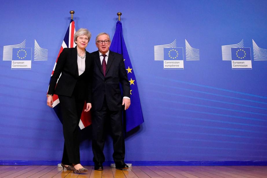 Theresa May et le président de la Commission... (Photo JOHN THYS, Agence France-Presse)