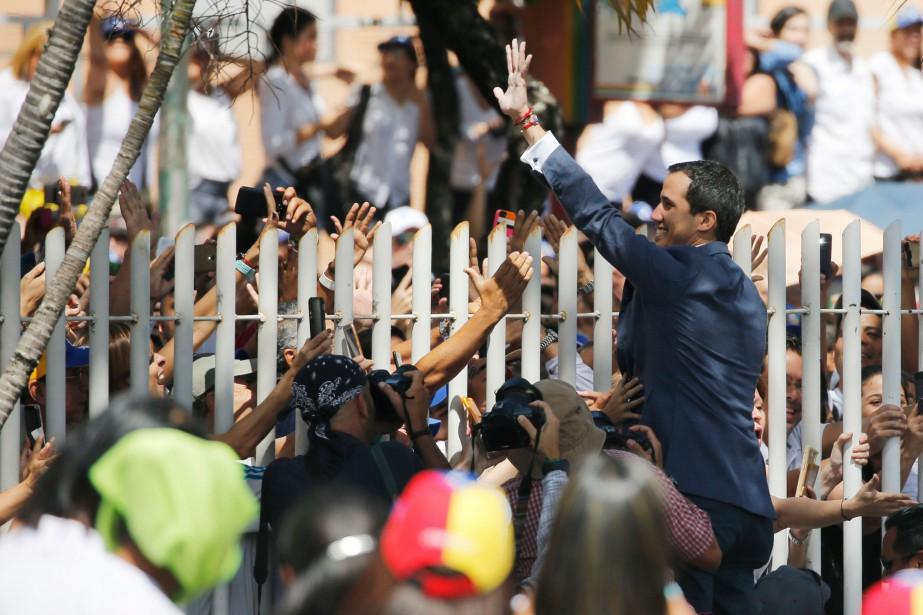 Juan Guaidó salue des partisans lors d'un rassemblement... (PHOTO AP)