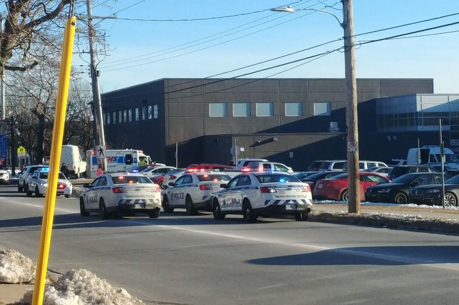 Des voitures de police encerclent l'école secondaire Dartmouth... (Photo Angela Jones-Rieksts, La Presse canadienne)